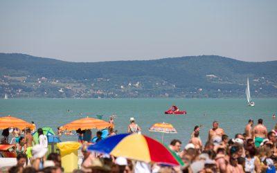 Balatoni strandszemle: 47 szabadstrand, legdrágább strandok, védettségi igazolvány